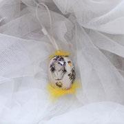 Osterei flieder-beige mit gelben Federn 10