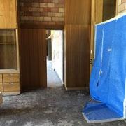 Durchblick von der Sammlung ins Lehrerzimmer, rechts die fehlende Türe mit Vorhang abgedeckt