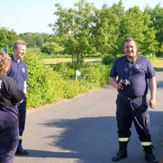 Die Atemschutzträger werden von weiteren Teilen der Wehr unterstützt.