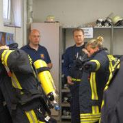 Jetzt wird es Ernst: Anlegen der Atemschutzausrüstung