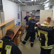 Die Feuerwehrkameraden unterstützen sich gegenseitig.