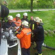 Der Kamerad aus Elmschenhagen erklärt uns die Besonderheiten der Pumpe.