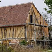 Petite étable en colombage, rénovation de la couvrture et charpente, enduit de chaux aérienne entre colombage (image)