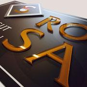 Exklusives Firmenschild mit gelaserten Acryl-Buchstaben