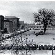 Die Frankenkaserne (1936) befand sich in etwa auf der Höhe des heutigen Fankenbaus. (Quelle: Wikimedia Commons)