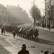 Soldaten der Frankenkaserne marschieren den Frankendamm entlang - 1936. (Quelle: Wikimedia Commons)