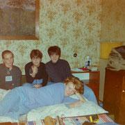 Meine Cousine liegend mit Freundinnen bei meiner Oma