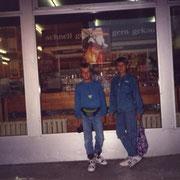 Ich und Olli vorm Supermarkt August '90