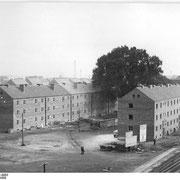 "Wohnblöcke hinter dem ""Frankenbau"" (Quelle: Wikimedia Commons)"