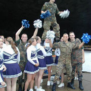 Gruppenfoto mit den Cheerleaders - 1./PzGrenBtl 72