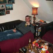 Börni bei mir aufe Couch (man achte auf seine Latschen, da hat er wohl bei mir gewohnt)