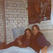Hardy mit Nadja im Keller seiner Großeltern '94