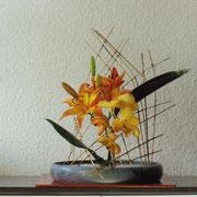 Riedgitter mit Lilie und Phalenopsis
