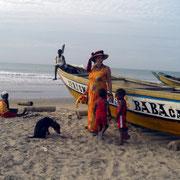 Senegalesische Fischerboote am Fischerhafen in Abéné, Senegal