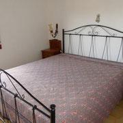 Schlafzimmer mit Doppelbett im Haupthaus