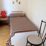 Schlafzimmer mit Einzelbett im 1. Stock