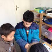 Amir und Tommy bei der Spielzeugausleihe