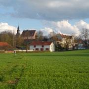 Blick vom Fuß-und Radweg am Main auf St. Johannis