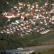 von Westen, vorne: Siedlung am Waldsteinring (Juni 2014)