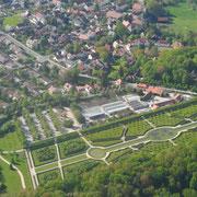 im Vordergrund: Kanalgarten und Gärtnerei der Eremitage (Mai 2015)