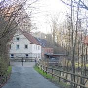 ehemalige Mühle, darüber das Herrenhaus des Schlossguts