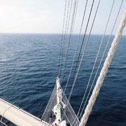 マストの途中水面から20m上方より大西洋を望む