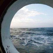 船室の丸窓 ドラム式洗濯機のように波が当たる