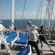 出航 船長も乗客も帆を上げる