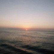 朝日に霞むカサブランカ港