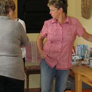Frauen am Kuchenbasar