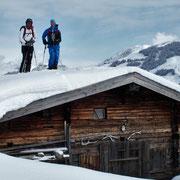 Die Schneelage heuer in den Kitzbühler Alpen läßt auch das befahren von Hüttendächern zu ;-)
