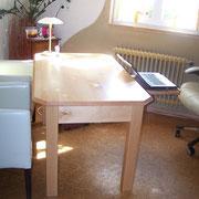 """Schreibtisch mit integriertem Kabelkanal  """"2008""""  Schreibtisch auf Kundenmaß und -wunsch angefertigt. Mit integriertem Fach für Laptop und Kabelkanal in den Tischbeinen   HxBxT 84x100x200 cm"""