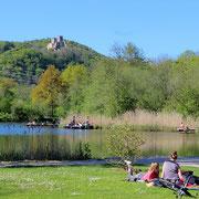 Erholung am Grüttsee (kein Badesee!). Oben die Burg Rötteln.