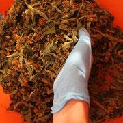 préparation d'une tisane composée à la main@les_jardins_de_koantiz
