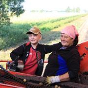 Gisela Hecht mit Enkel Lukas bei der Ernte des Moosgoldes