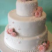 Bruidstaart, wit en licht roze