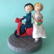 Bruidspaar op scooter, geboetseerde taarttopper