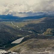 Entlang des Flusslaufes geht es zurück zum Ausgangspunkt: Ein langer Rückweg steht noch bevor! Und Schlechtwetter zieht auf...