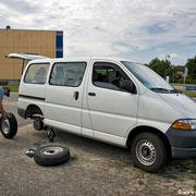 Irgendwo in Dänemark auf unserer Reise zu den Lofoten: Gerade noch so hielt der Reifen durch bis wir zum Parkplatz, wo ich wechseln konnte.