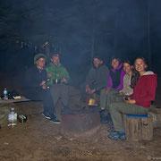 Ein Lagerfeuer wärmt uns und hält die Mücken fern. Bis spät in die Nacht machen spannende Urlaubsabenteuer die Runde. Es ist immer wieder schön, sich mit Gleichgesinnten auszutauschen!