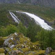 Kaum ist man weitergewandert, zeigt der Nyatølsfossen seine sanfte Seite.