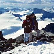 Am Gipfel des Galdhöpiggen - eisig kalter Wind trotz Sonne - aber bei dieser Traumaussicht lohnt der Aufstieg!!