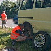 Aus die Maus, der rechte Reifen hat den Dienst quittiert...