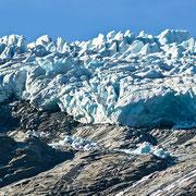 ... und bloß nicht zu rangehen: vor allem wenn die Sonne scheint, kommt der Gletscher in Bewegung - und plötzlich poltern riesige Steine und Eisbrocken herab
