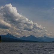Das Wetter wird schlechter: Dichte Wolken ziehen sich zusammen und Wind kommt auf, typisch für die Gegend um den Bowron Lake.