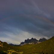 Ein geschlossener Regenbogen umspannt die Aferer Geisler und die Villnöser Geislerspitzen. Die jeweils höchsten Gipfel hiervon habe ich bestiegen, darum kann ich ganz beruhigt  die Gipfel betrachten  ;-)