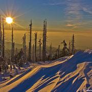 Die Schneestrukturen werfen im letzten Abendlicht lange Schatten.