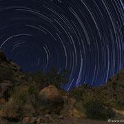 Hier hat mir der Mond assistiert, damit die Landschaft nicht im Dunkeln untergeht. In Namibia sind trotzdem noch genügend Sterne zu sehen...