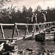 Wie in alten Zeiten - über diesen Steg geht es über die Røa in die Wildnis! (Alle Photos: Scan vom Dia)