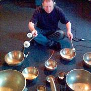 Manne Machlitt mit seinen Klangschalen für Hypnos (2007)
